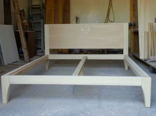 Letto matrimoniale in legno massello ( in lavorazione).