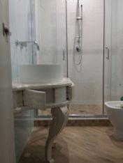 Mobile da bagno sottolavabo laccato e decapato.